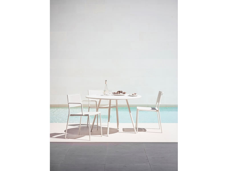 cane line less stuhl mit armlehne wei stapelbar gartenm bel hamburg shop. Black Bedroom Furniture Sets. Home Design Ideas