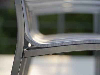 Stern Evoee Stapelsessel,  Aluminium anthrazit mit Bezug silber & Aluminium Armlehnen graphit